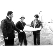 June 19, 1986, (right, architect Five representative architect) Junichi Kawamura (left) and Hitoshi Yamamoto Mr. Isamu Noguchi to tell in Moerenuma (center) and, listen to it