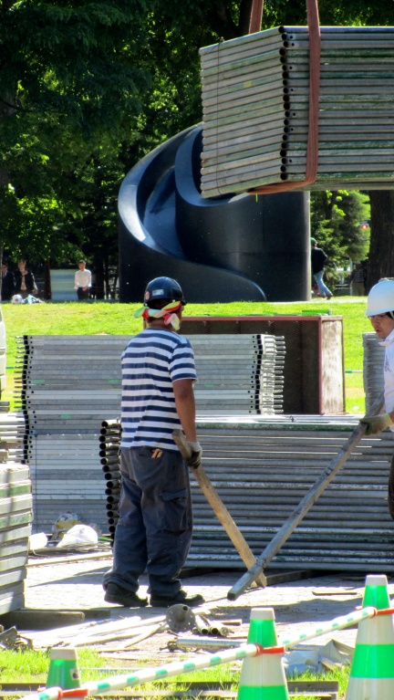designKULTUR - Isamu Noguchi - Odori Park Sapporo - %22Black Slide Mantra%22 1988 – 10