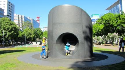 designKULTUR - Isamu Noguchi - Odori Park Sapporo - %22Black Slide Mantra%22 1988 – 28